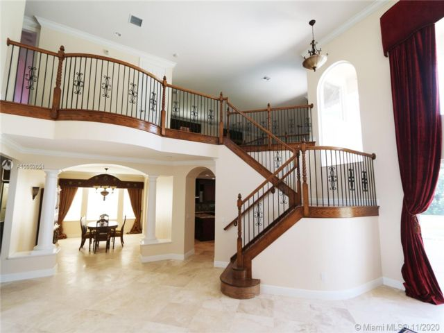 6 BR,  5.50 BTH  style home in Cooper City