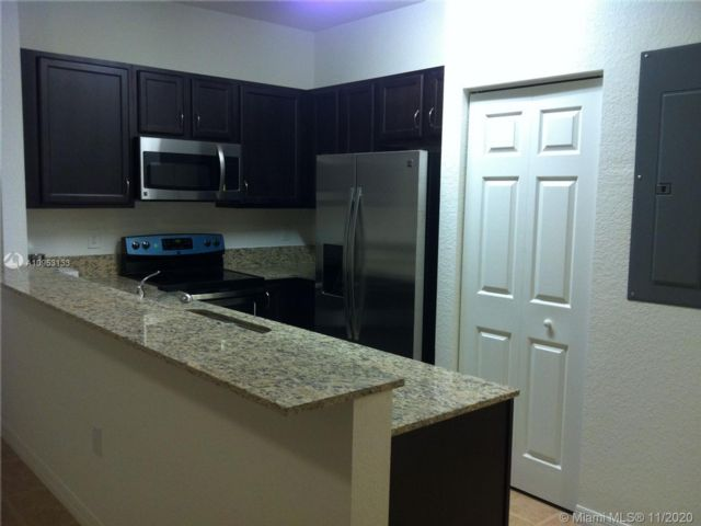 3 BR,  2.50 BTH  style home in Hollywood