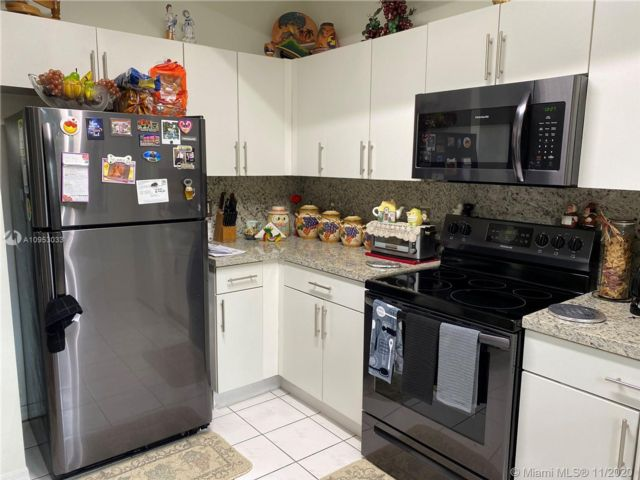 3 BR,  3.00 BTH  style home in Hollywood