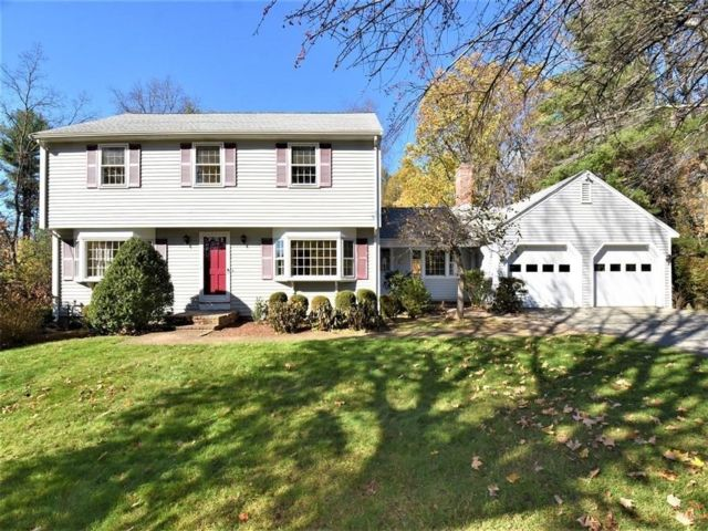 4 BR,  2.55 BTH Colonial style home in Chelmsford