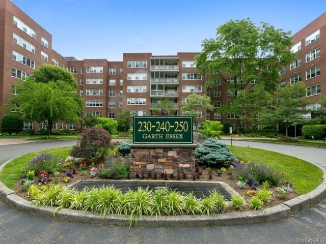 1 BR,  1.00 BTH  Mid rise style home in Scarsdale