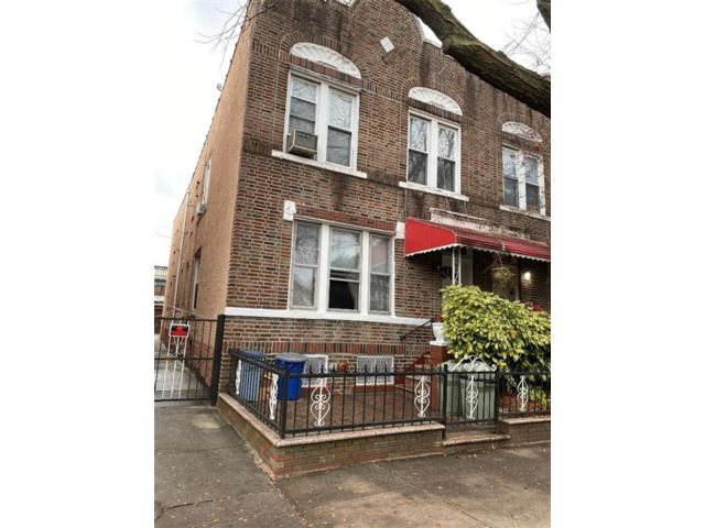8 BR,  4.00 BTH  Multi-family style home in Kensington
