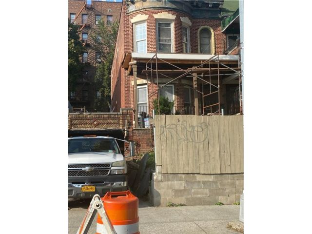 3 BR,  2.00 BTH Single family style home in Crown Heights