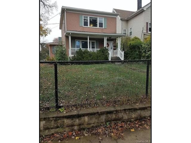3 BR,  2.00 BTH  Colonial style home in Mamaroneck
