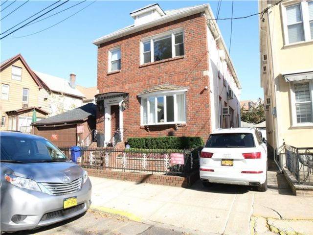 6 BR,  3.00 BTH Multi-family style home in Midwood
