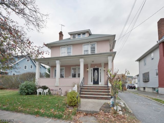 5 BR,  2.55 BTH Colonial style home in Clifton