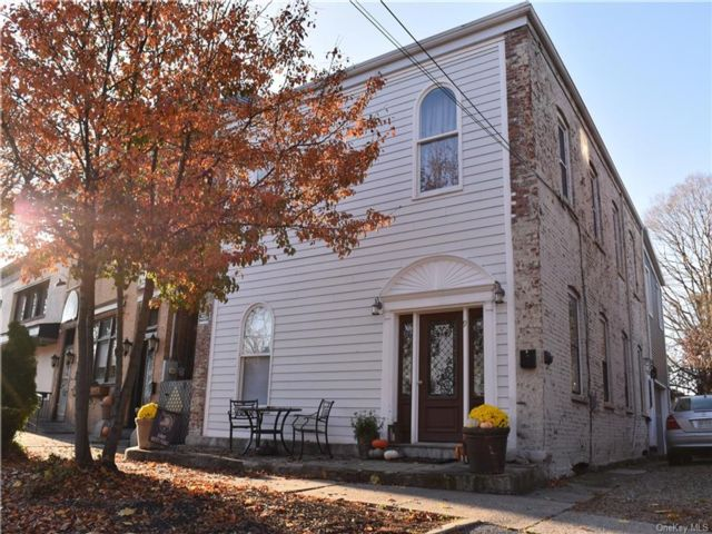 5 BR,  3.00 BTH 2 story style home in Cornwall
