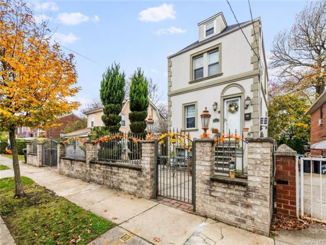 2 BR,  2.00 BTH  Bilevel style home in Throggs Neck