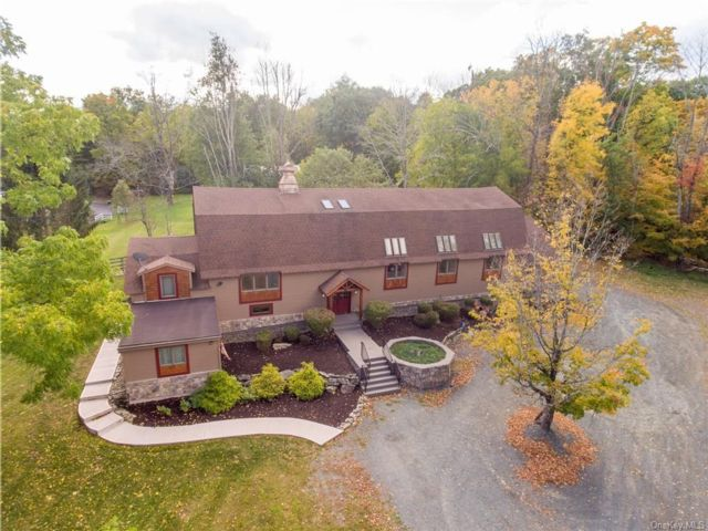 5 BR,  3.00 BTH  Converted barn style home in Wallkill