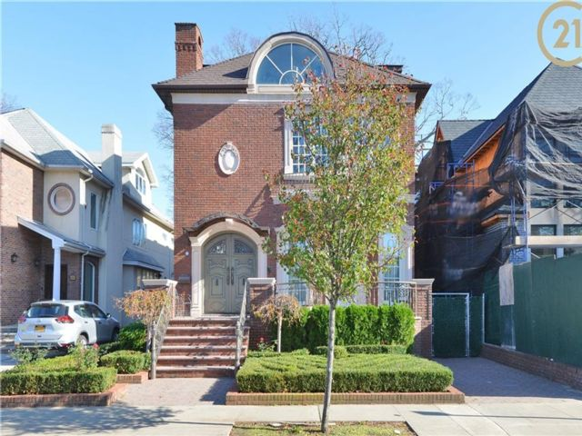 8 BR,  8.00 BTH Single family style home in Midwood