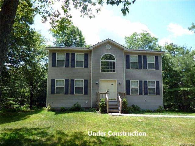 4 BR,  3.00 BTH Colonial style home in Thompson