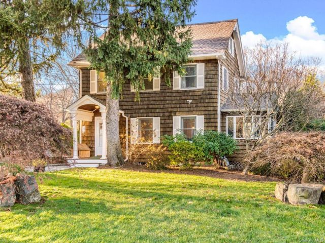 3 BR,  2.00 BTH Colonial style home in Bedford