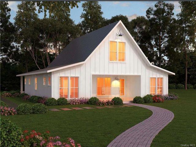 4 BR,  3.00 BTH Farmhouse style home in Thompson