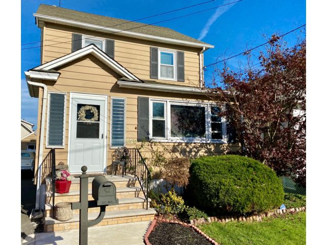 3 BR,  2.50 BTH Colonial style home in Linden