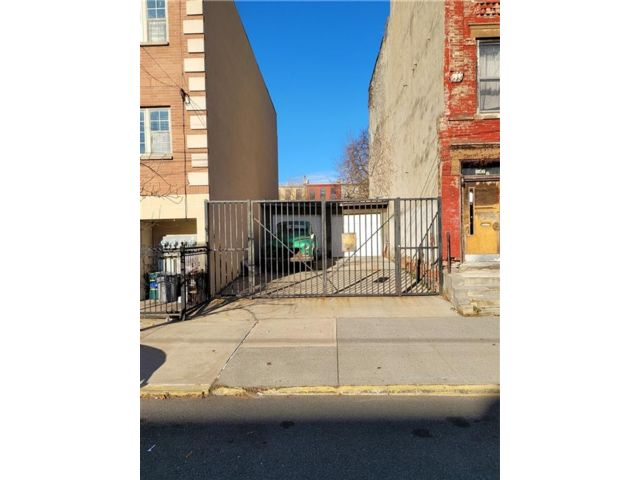 Lot <b>Size:</b>   Land style home in Bedford Stuyvesant