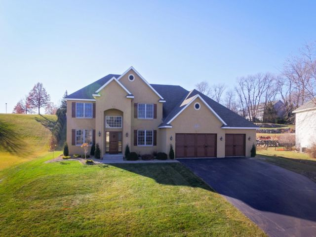 6 BR,  4.50 BTH 2 story style home in Lakeville