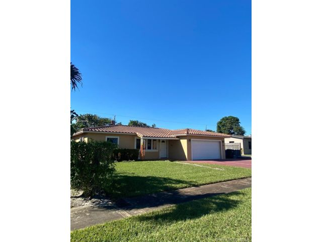 5 BR,  2.00 BTH  style home in Oakland Park