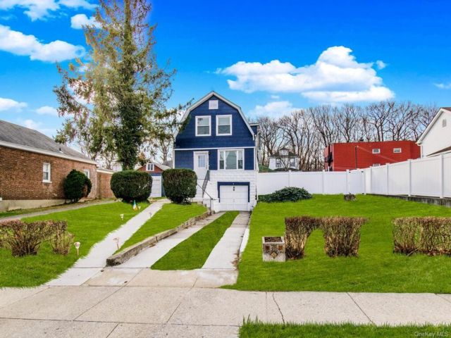 4 BR,  2.00 BTH  Farmhouse style home in Yonkers