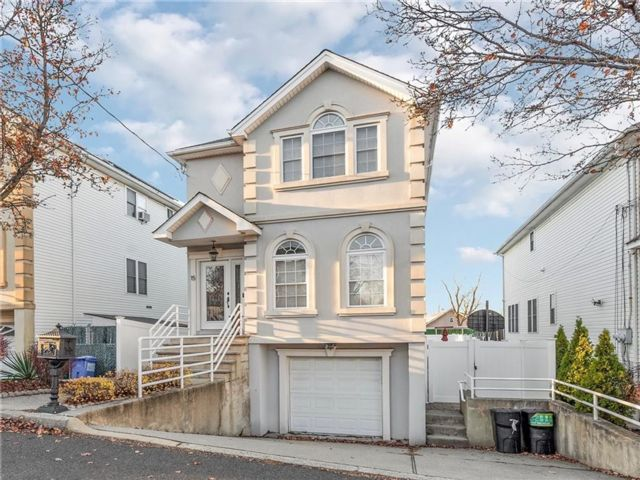 3 BR,  4.00 BTH Multi-family style home in Tottenville