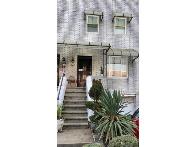 3 BR,  2.00 BTH  Single family style home in Gravesend