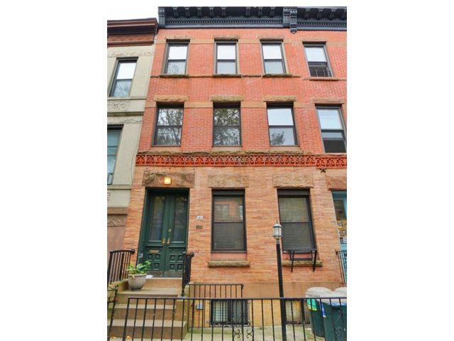 3 BR,  2.00 BTH Multi-family style home in Park Slope