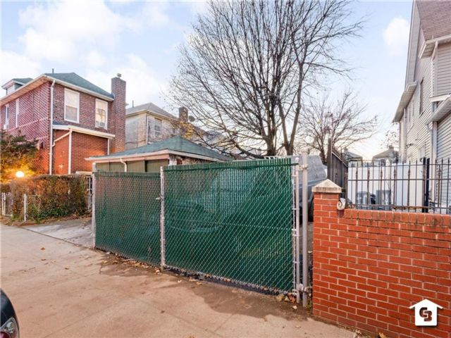 Lot <b>Size:</b> 20 x 100  Land style home in East Flatbush
