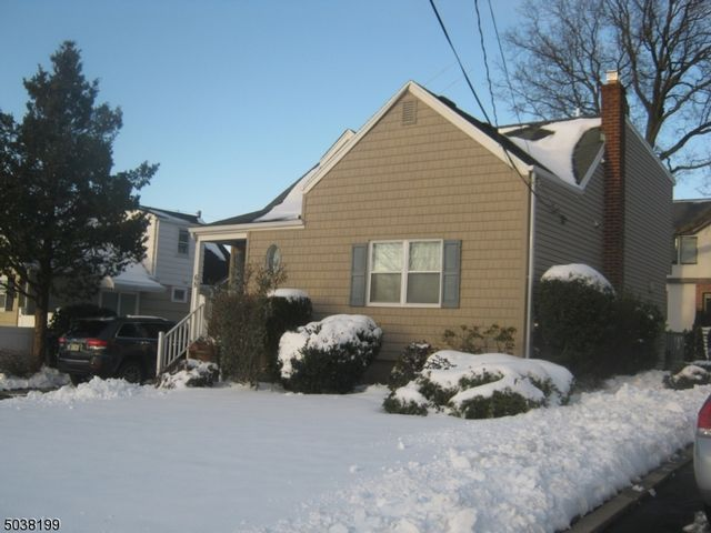 3 BR,  2.00 BTH  Cape cod style home in Clifton