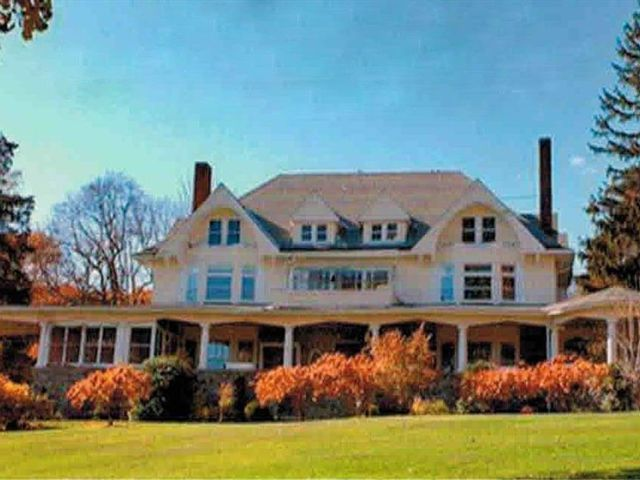 7 BR,  5.00 BTH Victorian style home in Woodbury Town
