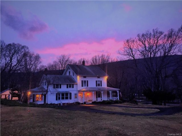 3 BR,  3.00 BTH Colonial style home in Cornwall