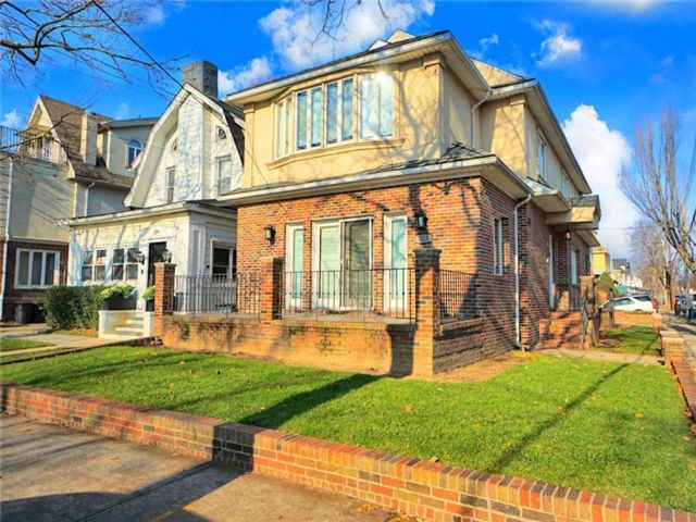 4 BR,  3.50 BTH Single family style home in Midwood