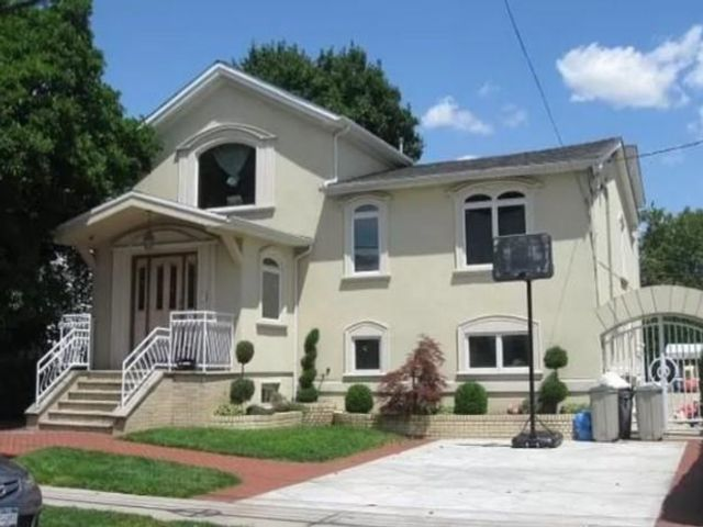 5 BR,  4.00 BTH  Single family style home in Mill Basin