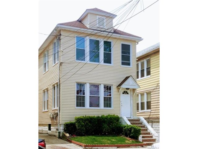 6 BR,  2.00 BTH 2 story style home in Wakefield