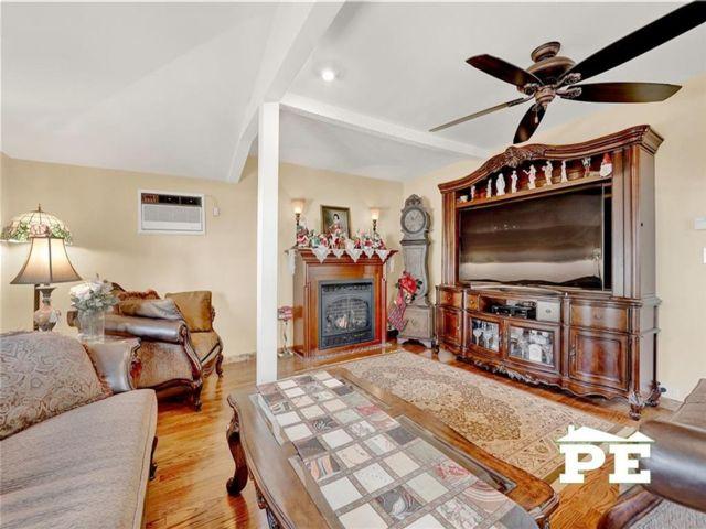 4 BR,  2.00 BTH Single family style home in Gerritsen Beach