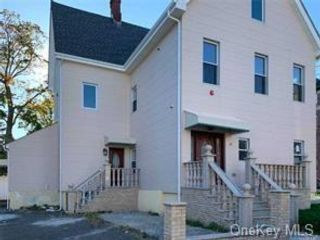 6 BR,  4.00 BTH  Bilevel style home in New Rochelle