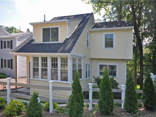 3 BR,  3.00 BTH Colonial style home in Eastchester