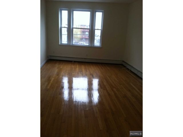 1 BR,  1.00 BTH  Multi-family style home in Edgewater