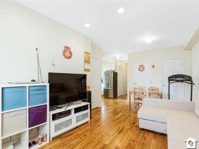 2 BR,  1.00 BTH Condominium style home in Gravesend