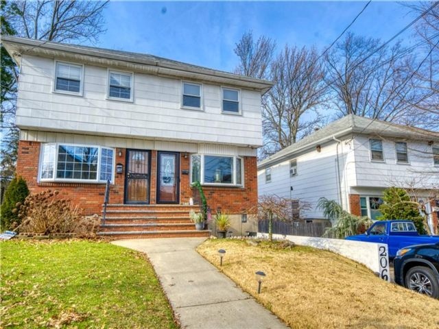 4 BR,  3.00 BTH Single family style home in Manor Heights