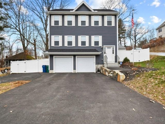 3 BR,  3.00 BTH Colonial style home in Billerica