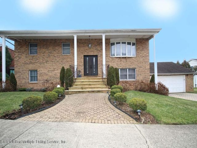 4 BR,  2.50 BTH Colonial style home in Annadale