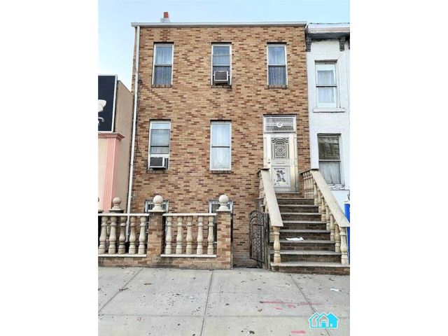 4 BR,  2.00 BTH  Multi-family style home in Sunset Park