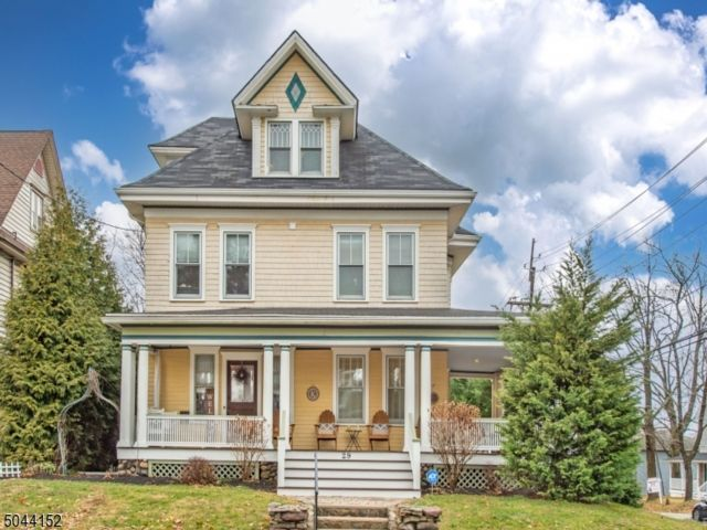 4 BR,  2.50 BTH Colonial style home in North Caldwell