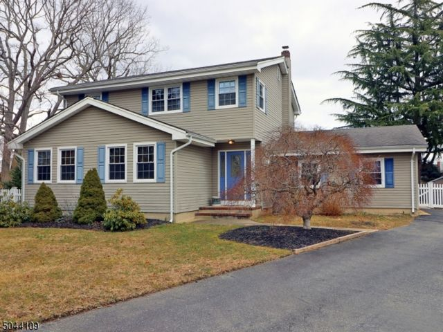 4 BR,  2.50 BTH Colonial style home in Toms River