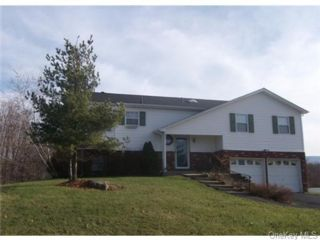 3 BR,  2.00 BTH  Bilevel style home in Blooming Grove