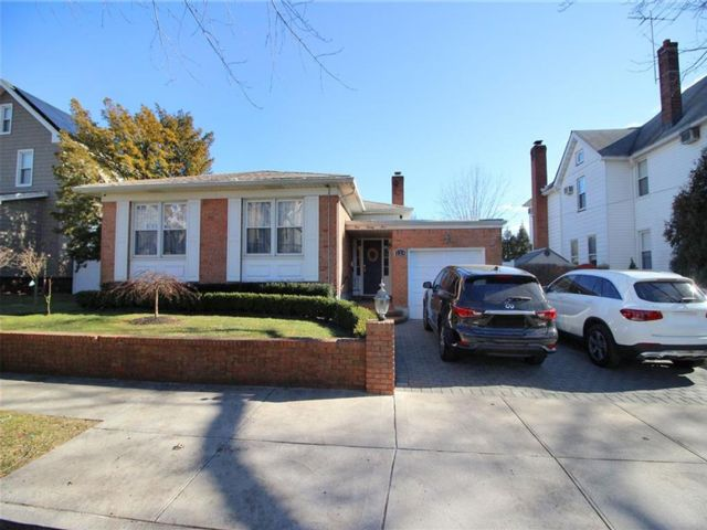 3 BR,  4.00 BTH  Single family style home in New Dorp