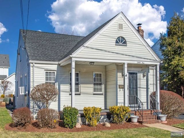 3 BR,  2.00 BTH  Cape code style home in Rutherford