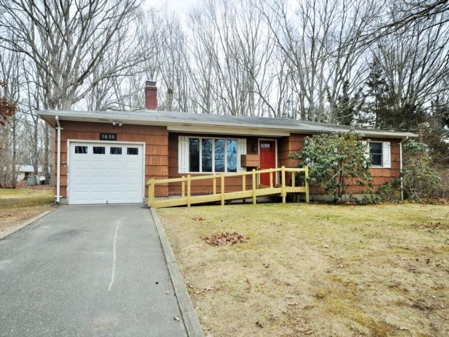 2 BR,  2.00 BTH  Ranch style home in Sag Harbor
