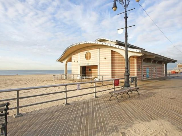 Lot <b>Size:</b>   Land style home in Brighton Beach