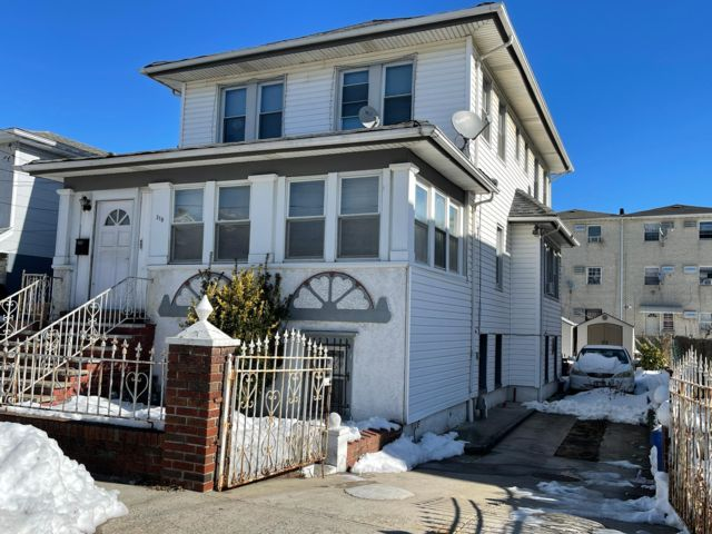 4 BR,  2.00 BTH   style home in Arverne