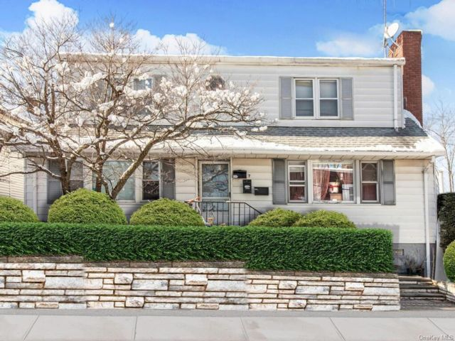 8 BR,  4.00 BTH Colonial style home in Rye